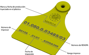 Imagen posterior de caravana amarilla. En la parte superior va la marca y fecha de producción inyectado en el plástico. En la parte central va el número de RENSPA. En la parte inferior van tres datos: Número de impresor, fecha de impresión y rango impreso.